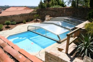 abris de piscine blanc et vert